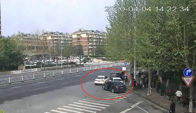 路口奥迪连撞三车,事后被撞车主报警:撞我们的是同行