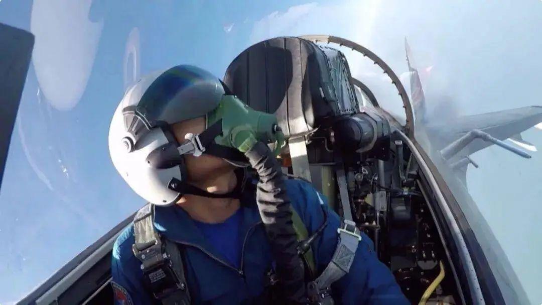 最近只有十几米!解放军战机近距离驱逐外军战机细节曝光