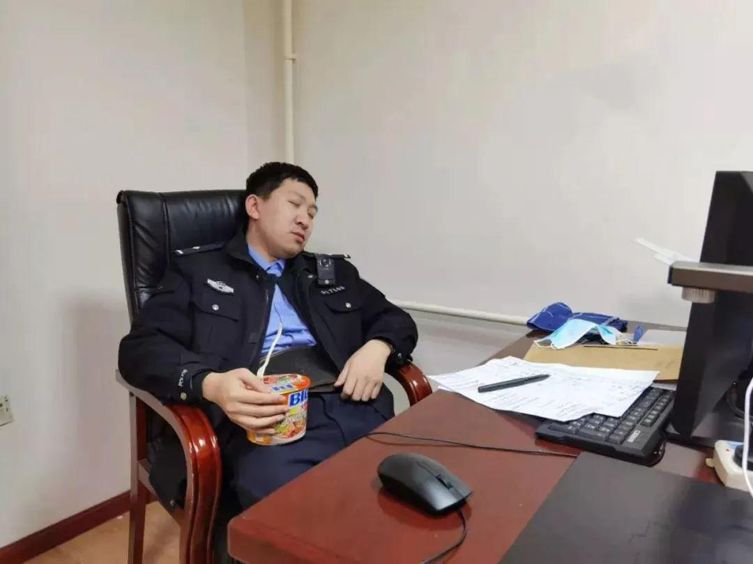 民警抱着刚泡的方便面,竟然睡着了,网友:心疼!